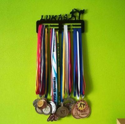 vešiak na medaile
